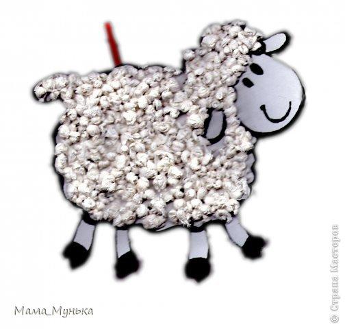Учащиеся третьего класса делали на уроке труда из салфеток очень милую овечку.  У нас она приклеилась к портфелю...