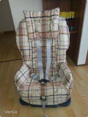 Привет всем! Зацените мои дорогие ново пошитый чехол для кресла Römer King для моего мальчика. Не судите строго я не профи, только учусь) Если кому то интересно и нужно, то выкройки я делала сама накладывая прозрачные длинные пакеты на старый чехол, затем вырезала, наложила на ткань, скроила и сшила. Сверху х/б ткань, а подкладку я кроила из теплого зеленого пледа (его видно в прорезях, потому я сделала на подушке зеленые пуговички, которые предварительно покрасила акрилом). В части спинки, боковин и попы я брала двойной слой теплой толстой ткани, в остальных частях по одному слою, по краю для удобства вставила широкую резинку. Спасибо за внимание дорогие и за то, что посетили мою страничку!