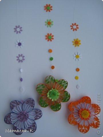 Все цветы и листочки накручены из цветных полосок бумаги шириной 2,5 мм. Листочки уже два года у меня лежат.... сделаны по МК Ларисы Засадной   https://stranamasterov.ru/node/180315 Цветы  нашла в интернете   http://quillingmesoftlee.blogspot.de/ фото 14