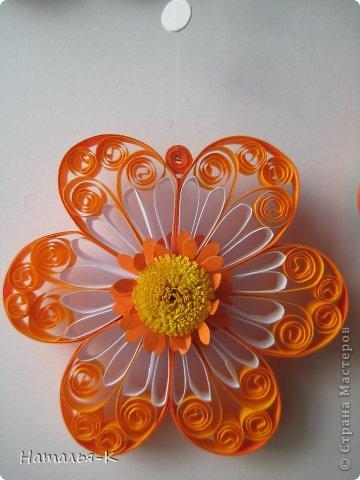 Все цветы и листочки накручены из цветных полосок бумаги шириной 2,5 мм. Листочки уже два года у меня лежат.... сделаны по МК Ларисы Засадной   https://stranamasterov.ru/node/180315 Цветы  нашла в интернете   http://quillingmesoftlee.blogspot.de/ фото 16