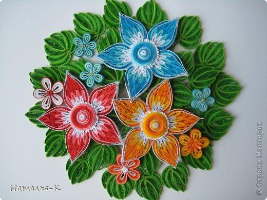 Все цветы и листочки накручены из цветных полосок бумаги шириной 2,5 мм. Листочки уже два года у меня лежат.... сделаны по МК Ларисы Засадной   https://stranamasterov.ru/node/180315 Цветы  нашла в интернете   http://quillingmesoftlee.blogspot.de/ фото 1
