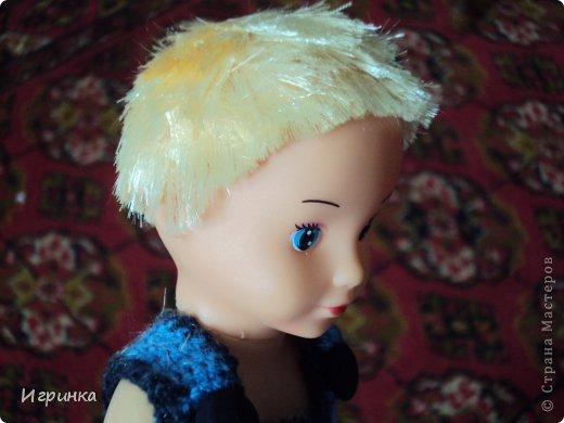 Воспитательница детского сада, который посещает мой внук Левушка, отправила куклу с просьбой сделать из девочки мальчика.Мне никогда не приходилось делать операции по смене пола, даже на куклах, но данную куклу мне принесли и поставили, как говорится, перед фактом. На голове у этой девочки волосы были приделаны в три полосы - одна по периметру головы, и одна полоса волос по пробору, а далее просто волосы подняты вверх и связаны в хвостик. Просто подстричь волосы не получилось - на голове образовалась лысина с ирокезом на макушке, и окружностью вокруг этой лысины. Пришлось прическу делать заново. фото 3