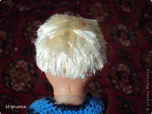 Воспитательница детского сада, который посещает мой внук Левушка, отправила куклу с просьбой сделать из девочки мальчика.Мне никогда не приходилось делать операции по смене пола, даже на куклах, но данную куклу мне принесли и поставили, как говорится, перед фактом. На голове у этой девочки волосы были приделаны в три полосы - одна по периметру головы, и одна полоса волос по пробору, а далее просто волосы подняты вверх и связаны в хвостик. Просто подстричь волосы не получилось - на голове образовалась лысина с ирокезом на макушке, и окружностью вокруг этой лысины. Пришлось прическу делать заново. фото 2