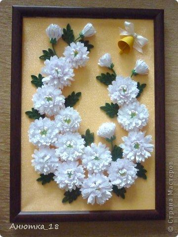 Здравствуйте, дорогие мастера и мастерицы! Сегодня покажу Вам картину, которую сделала год назад на День учителя своей маме. Мне очень нравятся работы Ольги Ольшак: http://stranamasterov.ru/user/12816 , а хризантемы - наши любимые с мамой цветы. Так и родилась эта картина. фото 1