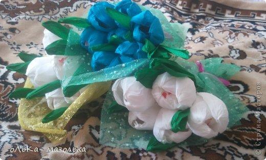 Использовала:  корзиночку+обертка+гофрированная бумага (для цветочка) +осока и травка- для украшения фото 3