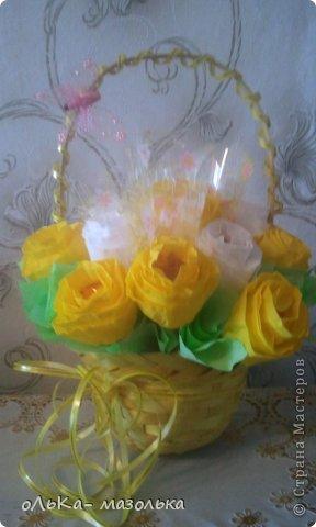 Использовала:  корзиночку+обертка+гофрированная бумага (для цветочка) +осока и травка- для украшения фото 5