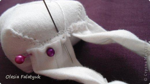 Вот такая куколка у меня получилась. Для её создания понадобится: - ткань - х/б, ситец или лён - нитки в тон - наполнитель - синтепон - кофе растворимый, ваниль, клей ПВА - иголка или швейная машина - желание :) фото 19