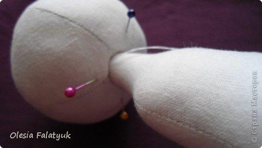 Вот такая куколка у меня получилась. Для её создания понадобится: - ткань - х/б, ситец или лён - нитки в тон - наполнитель - синтепон - кофе растворимый, ваниль, клей ПВА - иголка или швейная машина - желание :) фото 10