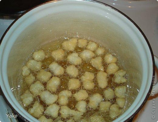 Возвращаемся к быстрорецептам! На МК не претендую, т.к. в стране их предостаточно, как всегда фото по ходу работы. Итак, нам потребуется ВСЕГО 5 ингридиентов (которые как правило есть у каждого дома). Тесто: 2 яйца + мука Заливка: мед + сахар Масло растительное для обжарки На тортик у меня уходит минут 20 фото 8
