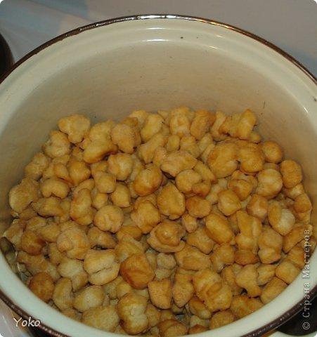 Возвращаемся к быстрорецептам! На МК не претендую, т.к. в стране их предостаточно, как всегда фото по ходу работы. Итак, нам потребуется ВСЕГО 5 ингридиентов (которые как правило есть у каждого дома). Тесто: 2 яйца + мука Заливка: мед + сахар Масло растительное для обжарки На тортик у меня уходит минут 20 фото 10