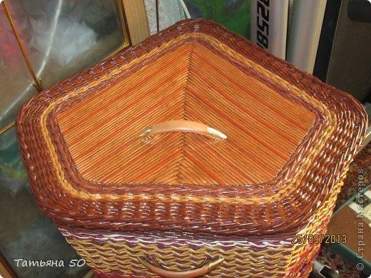Поделка изделие Плетение Угловая корзина для белья Бумага газетная Ткань фото 3