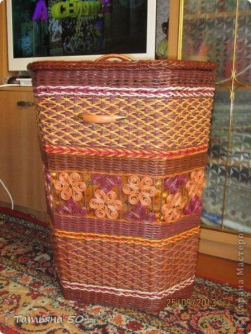 Поделка изделие Плетение Угловая корзина для белья Бумага газетная Ткань фото 1