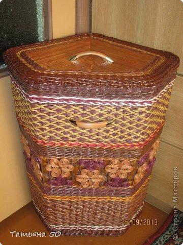 Поделка изделие Плетение Угловая корзина для белья Бумага газетная Ткань фото 2