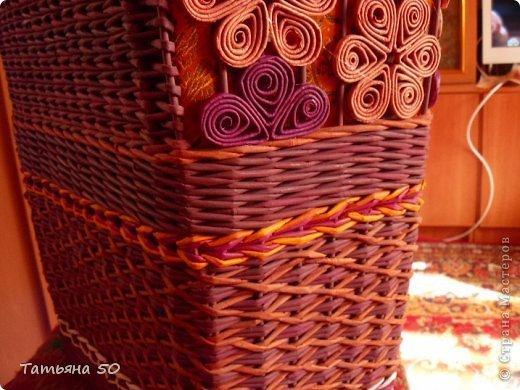 Поделка изделие Плетение Угловая корзина для белья Бумага газетная Ткань фото 10