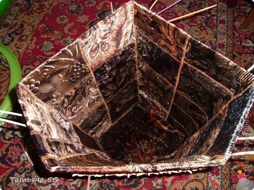 Поделка изделие Плетение Угловая корзина для белья Бумага газетная Ткань фото 8