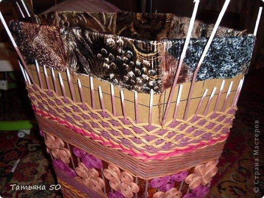 Поделка изделие Плетение Угловая корзина для белья Бумага газетная Ткань фото 9