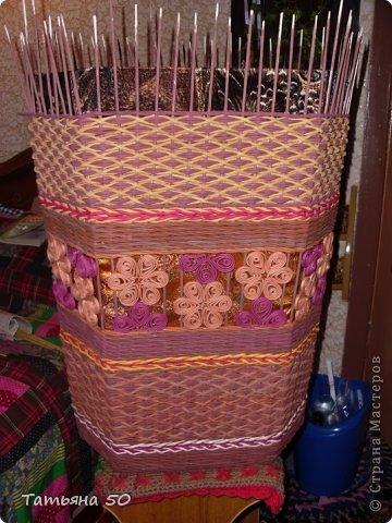 Поделка изделие Плетение Угловая корзина для белья Бумага газетная Ткань фото 11