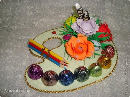 Добрый вечер, Страна! Выкладываю часть подарков ко дню учителя, которые создавались по вечерам на прошлой неделе. Эта палитра учителю рисования. Конфетки обернула цветной фольгой, чтоб было похоже н цветные краски. Цветочки тоже хотела сделать как радугу, яркие. Думаю получилось. Основа - палитра - из картона. Рисовала и вырезала по памяти. фото 3