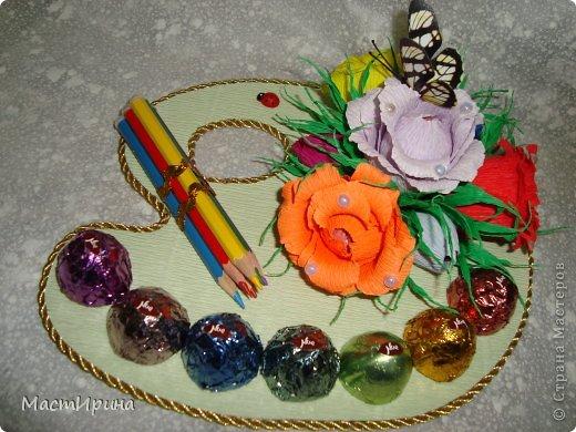 Добрый вечер, Страна! Выкладываю часть подарков ко дню учителя, которые создавались по вечерам на прошлой неделе. Эта палитра учителю рисования. Конфетки обернула цветной фольгой, чтоб было похоже н цветные краски. Цветочки тоже хотела сделать как радугу, яркие. Думаю получилось. Основа - палитра - из картона. Рисовала и вырезала по памяти. фото 1