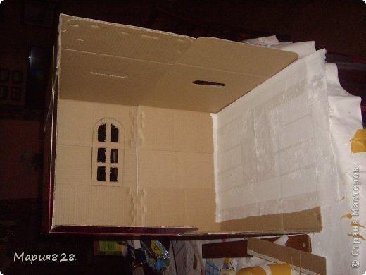 """Не знаю можно ли определить это как мастер класс, просто хотела поделиться опытом, как можно из простых коробок из под подгузников (которые по размеру достаточно не большие) сделать кухню для кукол Барби. Если кто то помнит я выставляла домик сделанный из картона (там как раз кухни не хватало), так вот он был последовательно склеен таким же примерно образом как я сделала эту кухню. А сподвигла меня на сей """"подвиг"""" покупка кухонной мебели для Барби. Я просто не могла придумать, как достаточно реалистично можно сделать холодильник и плиту самой. Стол, кресла, стул и еду я сделала сама. фото 11"""