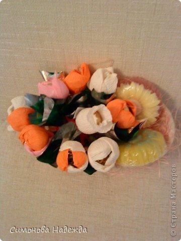 Всем здравствуйте.Решила я попробовать освоить букетики из конфет.Вообще варю мыло,но уж больно мне понравились цветы из конфет.Вот так начинаешь смотреть и столько всего хочется сделать.Не судите строго. фото 2