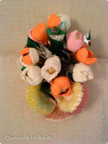 Всем здравствуйте.Решила я попробовать освоить букетики из конфет.Вообще варю мыло,но уж больно мне понравились цветы из конфет.Вот так начинаешь смотреть и столько всего хочется сделать.Не судите строго. фото 3