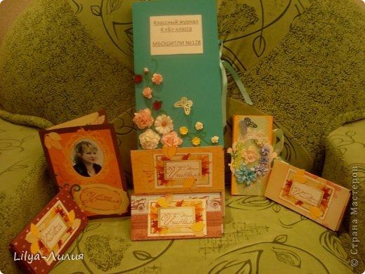 Это наши подарочки учителям. Нашей любимой Людмиле Андреевне открыточка, классный журнал и шоколадница с цветочками. Шоколадницу с цветочками сын делал сам.  Остальные шоколадницы попроще.   фото 1