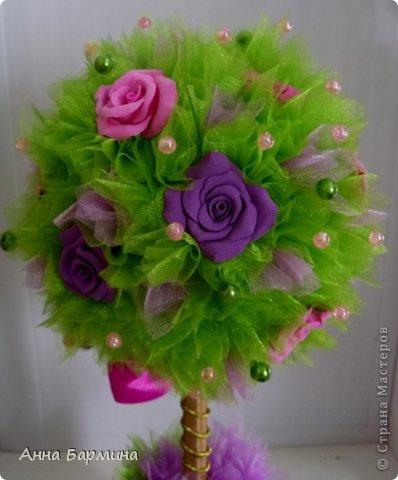 Основной материал: органза, розы около 20 штук из полимерной глины deco, декор бусины, атласная лента. Высота 37 см ширина кроны 18 см фото 11