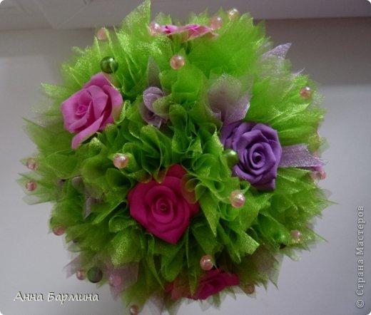 Основной материал: органза, розы около 20 штук из полимерной глины deco, декор бусины, атласная лента. Высота 37 см ширина кроны 18 см фото 13