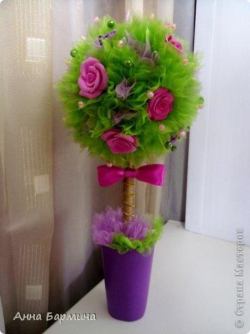 Основной материал: органза, розы около 20 штук из полимерной глины deco, декор бусины, атласная лента. Высота 37 см ширина кроны 18 см фото 1