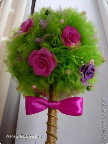 Основной материал: органза, розы около 20 штук из полимерной глины deco, декор бусины, атласная лента. Высота 37 см ширина кроны 18 см фото 3