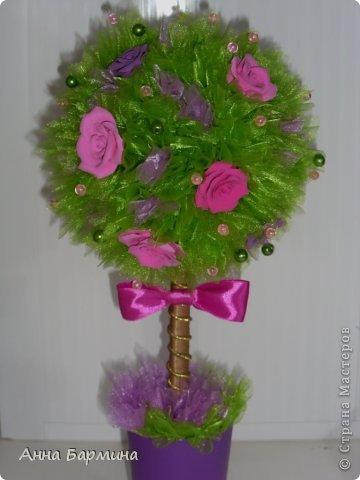 Основной материал: органза, розы около 20 штук из полимерной глины deco, декор бусины, атласная лента. Высота 37 см ширина кроны 18 см фото 4