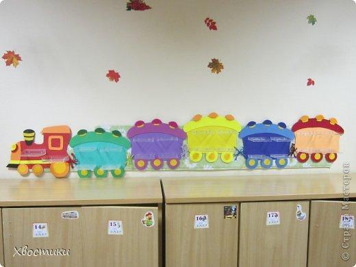 Попросили меня воспитатели сделать полочки для поделок из пластилина в садике. Я придумала сделать паровоз. фото 12