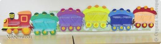 Попросили меня воспитатели сделать полочки для поделок из пластилина в садике. Я придумала сделать паровоз. фото 11
