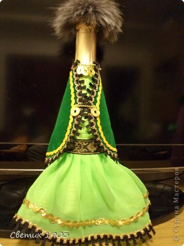 Попросили оформить бутылочку в национальном  башкирском стиле. Отправят ее в качестве подарка в другую Республику. Думала, рассматривала фотографии, искала в интернете. А потом поехала в соседний город Баймак, там есть цех по пошиву национальных костюмов нашей Республики. Обшивают они все театры, танцевальные коллективы.  Когда ехала, то боялась, что не так поймут меня. Бутылку, да в национальный костюм еще....Зря боялась! Правда выслушали с улыбкой, но обрезками тканей снабдили не на одну бутылочку. Показали костюмы готовые.  Про орнаменты рассказали, кусочки тесьмы подарили. Ехала я обратно в радостном настроении : пальцем у виска не покрутили,  не рассмеялись, а помогли. Поддержали так здорово, что я с порога за бутылку принялась. И вот что у меня получилось:  фото 1