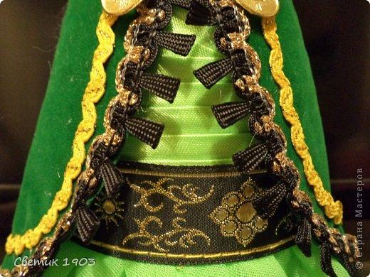 Попросили оформить бутылочку в национальном  башкирском стиле. Отправят ее в качестве подарка в другую Республику. Думала, рассматривала фотографии, искала в интернете. А потом поехала в соседний город Баймак, там есть цех по пошиву национальных костюмов нашей Республики. Обшивают они все театры, танцевальные коллективы.  Когда ехала, то боялась, что не так поймут меня. Бутылку, да в национальный костюм еще....Зря боялась! Правда выслушали с улыбкой, но обрезками тканей снабдили не на одну бутылочку. Показали костюмы готовые.  Про орнаменты рассказали, кусочки тесьмы подарили. Ехала я обратно в радостном настроении : пальцем у виска не покрутили,  не рассмеялись, а помогли. Поддержали так здорово, что я с порога за бутылку принялась. И вот что у меня получилось:  фото 5