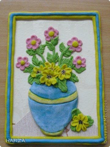 скромные цветы в голубой вазе
