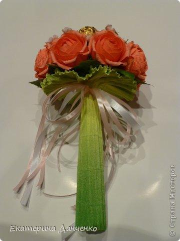 Мастер-класс Свит-дизайн День рождения Бумагопластика МК розочек и букет из кофет Бумага гофрированная фото 17