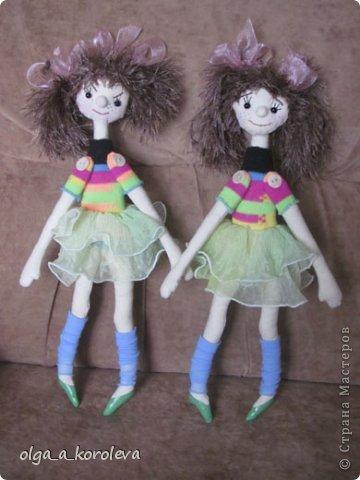 Эти смешные куклешки сделаны в подарок на день рождения двум девчушкам. Руки-ноги крутятся и гнутся, так как крепятся на пуговицах. Девочки даже умудрились их помыть! фото 2