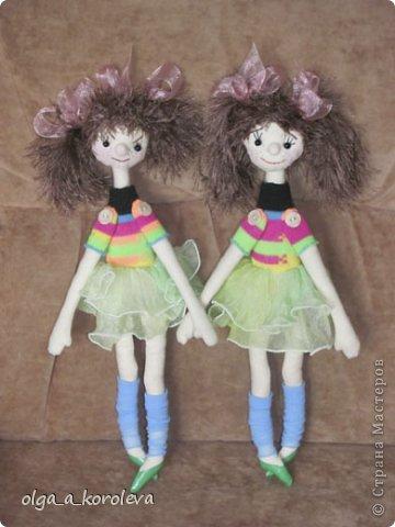 Эти смешные куклешки сделаны в подарок на день рождения двум девчушкам. Руки-ноги крутятся и гнутся, так как крепятся на пуговицах. Девочки даже умудрились их помыть! фото 1