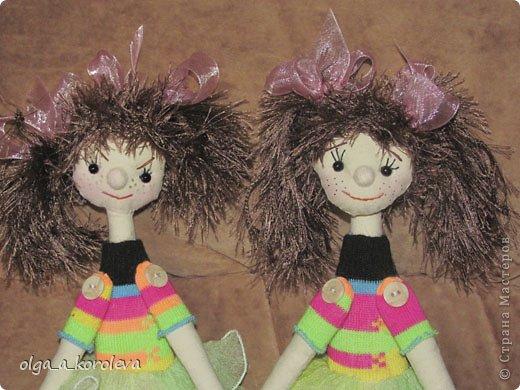 Эти смешные куклешки сделаны в подарок на день рождения двум девчушкам. Руки-ноги крутятся и гнутся, так как крепятся на пуговицах. Девочки даже умудрились их помыть! фото 3