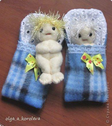 Эти смешные куклешки сделаны в подарок на день рождения двум девчушкам. Руки-ноги крутятся и гнутся, так как крепятся на пуговицах. Девочки даже умудрились их помыть! фото 5