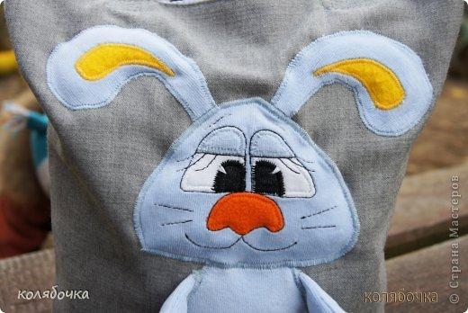 Сумка для маленького Тёмы. Девушке Катерине очень понравилась моя сумка для Макса с зайцем и попросила такую же. Аппликация выполнена швом зиг-заг,выкройку зайчика с болтающимися ножками рисовала сама.Мордочка вышита на машинке (обычной). фото 3