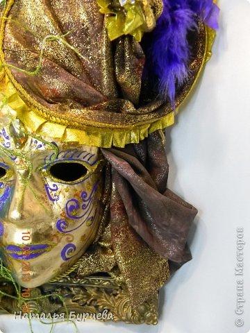 """Здравствуйте, еще раз). Конкурсная работа, занявшая 2 место, чем я несказанно горжусь)))! Не ожидала, если честно! """"ТАИНСТВЕННАЯ ВЕНЕЦИЯ""""   Издревле венецианские маски использовались для сокрытия личности людьми. Появившись несколько веков назад в Венеции, эти характерные маски делались из папье-маше и обильно украшались мехом, тканями, драгоценными камнями и перьями. Со временем маски стали символом Карневале (Венецианского карнавала) — пышной процессии или уличной ярмарки. Истоки венецианского карнавала уходят глубже — в древние римские Сатурналии — ежегодные праздники в честь бога Сатурна, которые справлялись в декабре после уборки урожая во время зимнего солнцестояния и сопровождались массовыми гуляниями. Рабов сажали за общий стол, и чтобы сгладить неловкость необычной ситуации, все надевали маски. Создание маски это зачастую медленный и кропотливый процесс, с использованием дорогих материалов. Здесь все зависит от фантазии художника. Цены на такие шедевры часто поражают воображение не меньше, чем их внешний вид!  Использованные материалы: Конфеты Фереро Роше - 15 шт. Конфеты снимаются, не нарушая целостности композиции. Шифон, бархат, стразы, боа, павлинье перо, парчовая лента, глиттеры, контуры Декола, искусственные вставки, покрытые глиттером; заготовка маски из папье-маше, рама.   фото 6"""