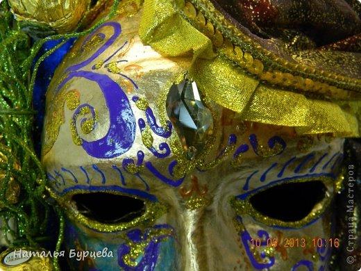 """Здравствуйте, еще раз). Конкурсная работа, занявшая 2 место, чем я несказанно горжусь)))! Не ожидала, если честно! """"ТАИНСТВЕННАЯ ВЕНЕЦИЯ""""   Издревле венецианские маски использовались для сокрытия личности людьми. Появившись несколько веков назад в Венеции, эти характерные маски делались из папье-маше и обильно украшались мехом, тканями, драгоценными камнями и перьями. Со временем маски стали символом Карневале (Венецианского карнавала) — пышной процессии или уличной ярмарки. Истоки венецианского карнавала уходят глубже — в древние римские Сатурналии — ежегодные праздники в честь бога Сатурна, которые справлялись в декабре после уборки урожая во время зимнего солнцестояния и сопровождались массовыми гуляниями. Рабов сажали за общий стол, и чтобы сгладить неловкость необычной ситуации, все надевали маски. Создание маски это зачастую медленный и кропотливый процесс, с использованием дорогих материалов. Здесь все зависит от фантазии художника. Цены на такие шедевры часто поражают воображение не меньше, чем их внешний вид!  Использованные материалы: Конфеты Фереро Роше - 15 шт. Конфеты снимаются, не нарушая целостности композиции. Шифон, бархат, стразы, боа, павлинье перо, парчовая лента, глиттеры, контуры Декола, искусственные вставки, покрытые глиттером; заготовка маски из папье-маше, рама.   фото 7"""