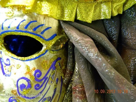 """Здравствуйте, еще раз). Конкурсная работа, занявшая 2 место, чем я несказанно горжусь)))! Не ожидала, если честно! """"ТАИНСТВЕННАЯ ВЕНЕЦИЯ""""   Издревле венецианские маски использовались для сокрытия личности людьми. Появившись несколько веков назад в Венеции, эти характерные маски делались из папье-маше и обильно украшались мехом, тканями, драгоценными камнями и перьями. Со временем маски стали символом Карневале (Венецианского карнавала) — пышной процессии или уличной ярмарки. Истоки венецианского карнавала уходят глубже — в древние римские Сатурналии — ежегодные праздники в честь бога Сатурна, которые справлялись в декабре после уборки урожая во время зимнего солнцестояния и сопровождались массовыми гуляниями. Рабов сажали за общий стол, и чтобы сгладить неловкость необычной ситуации, все надевали маски. Создание маски это зачастую медленный и кропотливый процесс, с использованием дорогих материалов. Здесь все зависит от фантазии художника. Цены на такие шедевры часто поражают воображение не меньше, чем их внешний вид!  Использованные материалы: Конфеты Фереро Роше - 15 шт. Конфеты снимаются, не нарушая целостности композиции. Шифон, бархат, стразы, боа, павлинье перо, парчовая лента, глиттеры, контуры Декола, искусственные вставки, покрытые глиттером; заготовка маски из папье-маше, рама.   фото 8"""