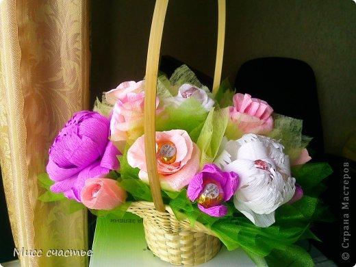 Корзинка делалась просто так. так сказать для получения опыта) Потом подарю ее кому-нибудь.)) Цветы в корзине: пионы, розы, тюльпаны. Конфетки самые разнообразные) Основа, на которую все это крепится-пенопласт. Сажала на шпажки, зубочистки. Пустые места заполняла фунтиками из фетра, упак. бумаги, органзы) фото 1