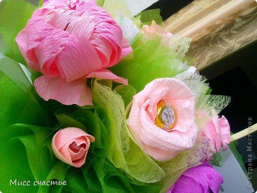 Корзинка делалась просто так. так сказать для получения опыта) Потом подарю ее кому-нибудь.)) Цветы в корзине: пионы, розы, тюльпаны. Конфетки самые разнообразные) Основа, на которую все это крепится-пенопласт. Сажала на шпажки, зубочистки. Пустые места заполняла фунтиками из фетра, упак. бумаги, органзы) фото 3