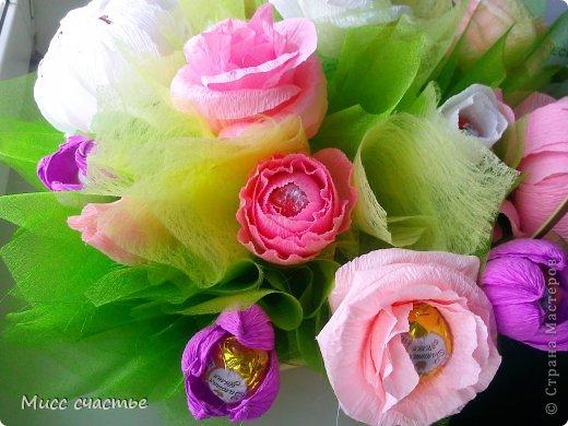 Корзинка делалась просто так. так сказать для получения опыта) Потом подарю ее кому-нибудь.)) Цветы в корзине: пионы, розы, тюльпаны. Конфетки самые разнообразные) Основа, на которую все это крепится-пенопласт. Сажала на шпажки, зубочистки. Пустые места заполняла фунтиками из фетра, упак. бумаги, органзы) фото 2