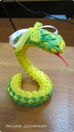 Здравствуйте. Я все ждала, кто выложит мастер класс-змейку из лент. И хоть уже заканчивается год змеи, предлагаю посмотреть поделку змейка из лент. Может и вы захотите её смастерить. фото 4